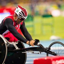 リオパラリンピック陸上競技日本チーム主将の松永仁志。後輩たちとともに走る。